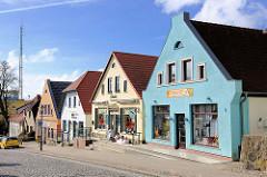 Unterschiedlich gestaltete Hausfassaden / Architektur der Gründerzeit - Marktstrasse, Bergen auf Rügen.