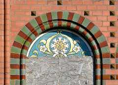 Jugendstildekor, Jugendstilmalerei  am Fenster der leerstehenden Anstaltskirche der Ochsenzoller Anstalten / Irrenanstalt - Allgemeines Krankenhaus Ochsenzoll.