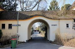 Torbogen, Strasse am Torbogen in der Steenkampsiedlung in Hamburg Bahrenfeld - die Steenkampsiedlung wurde als Gartenstadt nach dem ersten Weltkrieg angelegt. Sie entstand in drei Bauabschnitten mit unterschiedlichen Architekten. Alle Häuser verfügen