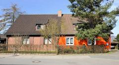 Doppelhaus mit unterschiedlich farbig gestalteter Fassade am Burgwall von Bergen auf Rügen.