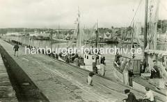 Altes Foto mit Fischerbooten an der Mole von Sassnitz / alter Fischereihafen mit Fischkuttern.