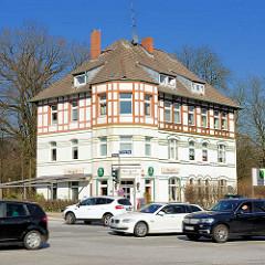 Mehrstöckes Einzelhaus mit Fachwerkkonstruktion - Strassenverkehr auf der Osdorfer Landstrasse.