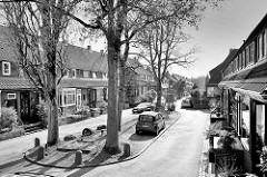 Historische Reihenhäuser im Riemenschneiderstieg in Hamburg Bahrenfeld - die Häuser gehören mit zur Architektur der sogen. Steenkampsiedlung, die als Gartenstadt nach dem ersten Weltkrieg angelegt wurde. Die Steenkampsiedlung entstand in drei Bauabsc