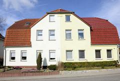 Wohnhaus mit unterschiedlich farblich abgesetzter Fassade in der Breitsprecherstrasse von Bergen auf Rügen.