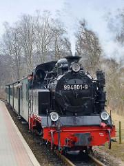 Einfahrt des Personenszugs im Bahnhof Binz - Damplokomotive 994801-9