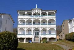 Seeblickvilla Bella Vista am Hochufer von Sassnitz - Ferienwohnungen; Bäderarchitektur mit aufwändigen Schnitzwerken an Balkons und Giebel.