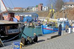 Fischerboote am Anleger im Fischereihafen von Sassnitz auf der Insel Rügen.