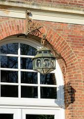 Historische Lampe, Eingang Verwaltungsgebäude ehem. Krankenhaus Ochsenzoll in Hamburg Langenhorn.