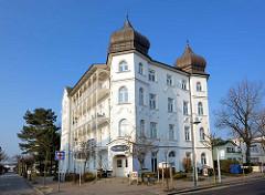 Mehrstöckige Gründerzeitvilla - Kupfergedeckte Giebeltürme, Balkons mit Schnitzereien im typischen Bäderstil.