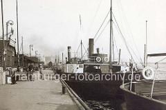 Anleger bei den St. Pauli Landungsbrücken mit Ausflugsschiffen - ca. 1906.