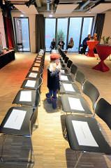 Eröffnung der neuen Zinnschmelze - Kulturzentrum in Hamburg Barmbek; reservierte Sitzplätze für die Hautevolee von Politik und Kultur - der Rest durfte sich stehend für ca. 1 1/2 Stunden die Eröffnungsreden anhören.