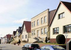 Architekturbilder aus Bergen auf Rügen - Wohnhäuser mit unterschiedlich gestalteter Fassade in der Vieschstrasse.