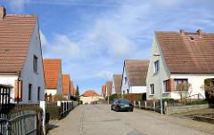Einzelhäuser mit Spitzdach in der Arkonastrasse von Bergen auf Rügen.