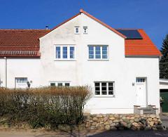 Doppelhaus in Hamburg Bahrenfeld - die eine Hälft wurde mit Fassadendämmung und neuem Dach versehen.