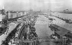 Kleinere Motorschiffe und Binnenschiffe liegen an den Kaianlagen am Johannisbollwerk, Vorsetzen, Baumwall. Dort werden die Schiffe beladen und gelöscht, die Richtung Rhein/Ruhrgebiet fahren. Kräne stehen an der Kaimauer bis zur Überseebrücke.
