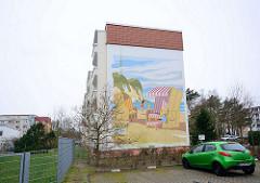 Fassadenmalerei, Wandmalerei an einem sanierten Wohnblock in Binz / Ostsee; Strandkorb mit Kreidefelsen.
