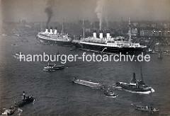 Die Passagierschiffe ARCONA und POLONIO liegen in Hamburg an der Überseebrücke - Schuten werden von Barkassen durch den Hamburger Hafen gezogen, eine Hafenfähre kreuzt die Elbe.