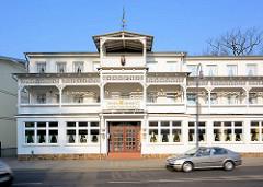 Ostseebad Binz - Hotelgebäude im Bäderstil / Bäderarchitektur - aufwändige Holzschnitzereien an den Balkons - Holzdach mit Wetterfahne.