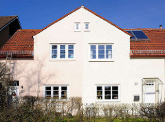 Doppelhaus in Hamburg Bahrenfeld - unterschiedliche Tönung der Hausfassade.