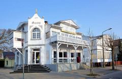 Einzelvilla im Bäderstil - weisse Hausfassade und Balkon mit Holzgeländer, erbaut 1874.