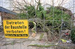 Der Abriss vom alten Eppendorfer Brauhaus, ehem. Restaurant Tre Castagne hat begonnen - die Kastanien vor dem Haus wurden gefällt. Bauzaun mit Schild Betreten der Baustelle verboten - Eltern haften für ihre Kinder.