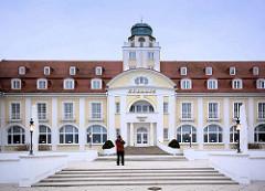 """Architektur vom Kurhaus an der Strandpromenade  in Binz auf Rügen. Berliner Bankiers investierten mit der """"Ostseebad Binz AG"""" in den Ausbau des Seebades und ließen ein Kurhaus bauen, das am 22. Juli 1890 eröffnet wurde; das Gebäude brannte 1906 ab un"""