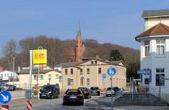 Blick von der Hauptstrasse zur St. Johanniskirche in Sassnitz auf der Insel Rügen - Baubeginn 1880 nach Plänen von Adolf Gerstenberg - 1883 fertiggestellt. Neugotischer einschiffiger Backsteinbau - achteckiger Kirchturm.