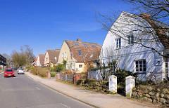 Wohnhäuser / Doppelhäuser mit Zollingerdach. Die Dachform wurde Anfang des 20. Jahrhunderts von Friedrich Zollinger entworfen. Architekturbilder aus dem Hamburger Bezirk Altona / Stadtteil Bahrenfeld.