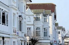 Fassaden von Villen im Stil der Bäderarchitektur - weisse Villa, Holzschnitzarbeiten.