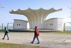 Musikpavillon / Kurmuschel am Ostseestrand / Strandpromenade von Sassnitz; Entwurf 1986 Prof. Dietmar Kuntsch - Realisierung durch Otto Patzelt und Ulrich Müther.