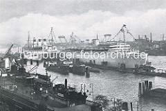 Blick über die St. Pauli Landungsbrücken zu Passagierschiffen an der Überseebrücke.