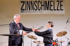 Schlüsselübergabe in der neuen Zinnschmelze in Hamburg Barmbek - Harald Rösler, Bezirksamtsleiter des Bezirks Hamburg-Nord und  Sonja Egler, Geschäftsführerin.