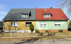 Doppelhaus mit unterschiedlich farbig gestalteter Fassade am Rugardweg von Bergen auf Rügen.