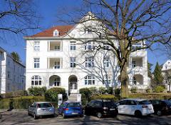 Mehrstöckige Wohnhaus mit weisser Fassade - Architektur des Historismus in der Beselerstrasse im Hamburger Stadtteil Gross Flottbek.