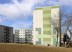 Sanierter Plattenbau mit grün gestalteter Fassade - Störtebeker Strasse in Bergen auf Rügen.