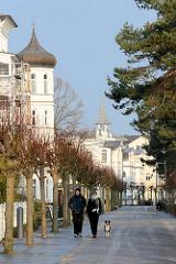 Strandpromenade in Binz auf der Ostseeinsel Rügen - Bädervilla mit Giebelturm und Kupferdach, früher Morgen an der Ostsee.
