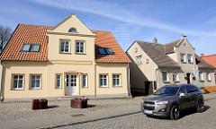 Einzelhäuser, restauriert und mit Rauhputz belassen, alt + neu - Marktstrasse in Bergen auf Rügen.