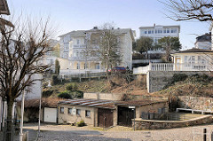 Am Küstenhang der Ostsee errichtete Wohnhäuser in Sassnitz; historische Architektur - Villa im Bäderstil, Garagen.