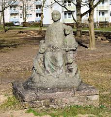 Steinskulptur mit Kindern - Strasse der DSF, Deutsch-Sowjetischen-Freundschaft.