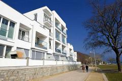 Moderner Neubau - weisse Fassade , Balkons - Wohnhaus an der Strandpromenade von Sassnitz auf Rügen.