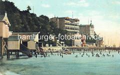 Altes Motiv - Bäderarchitektur am Ufer der Ostsee in Sassnitz; Badehaus und Urlauber, Badende im Wasser / Seebrücke.