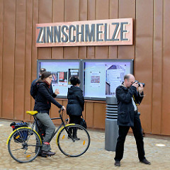 Eröffnung der umgebauten Zinnschmelze, Kulturzentrum in Hamburg Barmbek; Schriftzug und Schaukästen mit Programmübersicht.