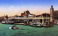 Blick auf die St. Pauli Landungsbrücken ca. 1910 - Ausflugsschiffe liege am Anleger, ein Schlepper fährt elbabwärts - im Hintergrund die Navigationsschule.