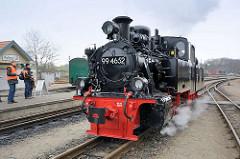 Dampflokomotive 99 4652 unter Dampf auf dem Bahnhof Putbus - die Schmalspur-Schlepptenderlokomotive wurde restauriert und ist ab März 2015 wieder auf der Strecke der Rügenschen Kleinbahn fahrbereit.