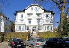 Mehrstöckige weisse Villa - Architektur des Historismus in der Beselerstrasse im Hamburger Stadtteil Gross Flottbek.