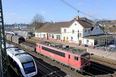 Bahnhof in Buchholz in der Nordheide - Lokomotive, Güterzug in Fahrt.