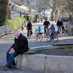 Schmuggelstieg / Ochsenzoll in der Sonne; FahrradfahrerInnen in Hamburg Langenhorn.