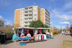 Strassenverkauf von Kleidung - Marktstand mit Kleidungsstücken bei der Störtebekerstrasse von Bergen auf Rügen.