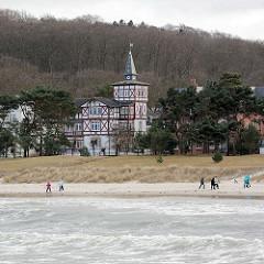 Ostseestrand im Seebad Binz - Villa im Stil der Bäderarchitektur - Fachwerkfassade, Giebelturm.