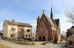 Pfarrgebäude und St. Bonifatius-Kirche in Bergen auf Rügen. Neoromanische Architektur, 1912 vollendet.